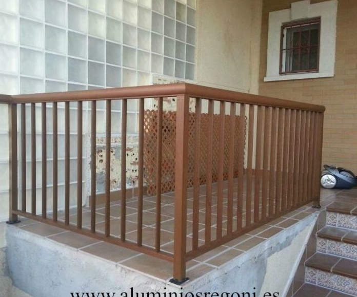 Baranda de aluminio imitación madera con pasamanos redondo