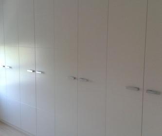 Armario blanco con puertas correderas: Carpintería en Pamplona de Carpintería Óscar L.H.