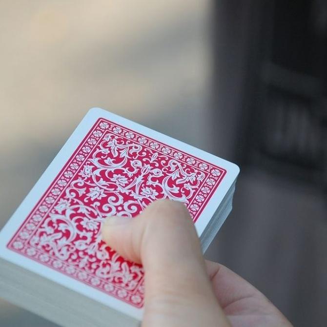 Beneficios de jugar a las cartas en las personas mayores