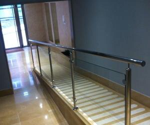 Barandilla de acero inoxidable y vidrio en Oviedo