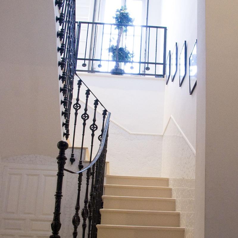 Escalera con revestimiento de mármol; la barandilla recuperada de la edificación original.