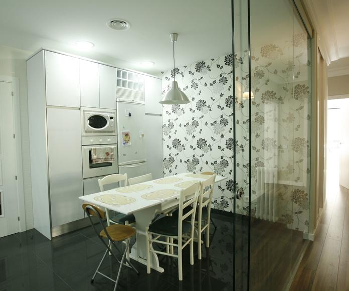 Cocina con pared de cristal