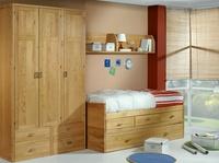 juvenil en roble macizo con compacto en cama, cajones, cama, y un armario de 3 puerta abatibles.