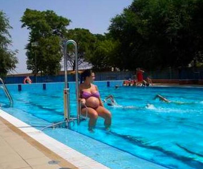 Elevador hidraulico para piscinas, facil de instalar, sencillo de manejar, comodo para entrar y salir de la piscina.