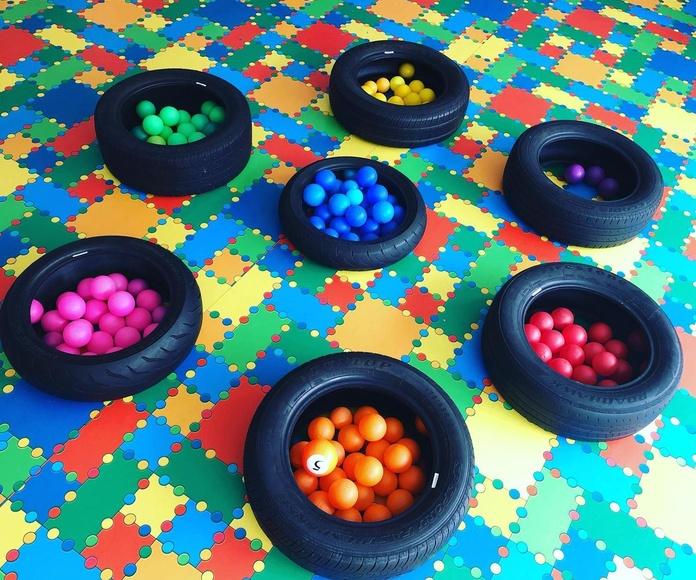 Hoy los peques de 2-3 años, han jugado con los colores!! Clasificar por colores es muy útil para desarrollar la lógica en infantil. Si los niños y niñas realizan actividades como clasificar, ordenar, identificar....estarán ampliando su razonamiento lógico
