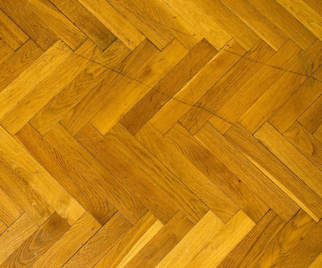 ¿Qué puede dañar la madera del suelo?