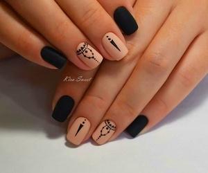 Decoración de uñas a mano