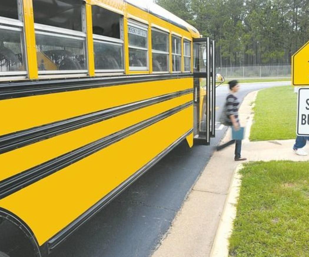¿Cómo debe realizarse el transporte escolar?