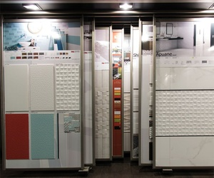 Expositores con azulejos en Almacenes Vemoranca