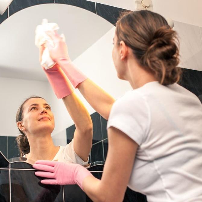 Útiles consejos para limpiar espejos, cristaleras y escaparates