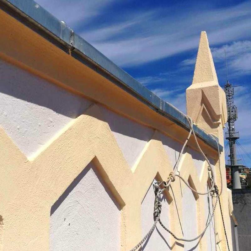fachada lateral con trabajos verticales, reparación de grietas y refuerzo.