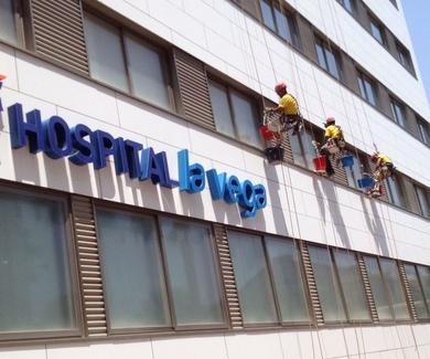 JULIO, LIMPIEZA DE CRISTALES EN HOSPITAL