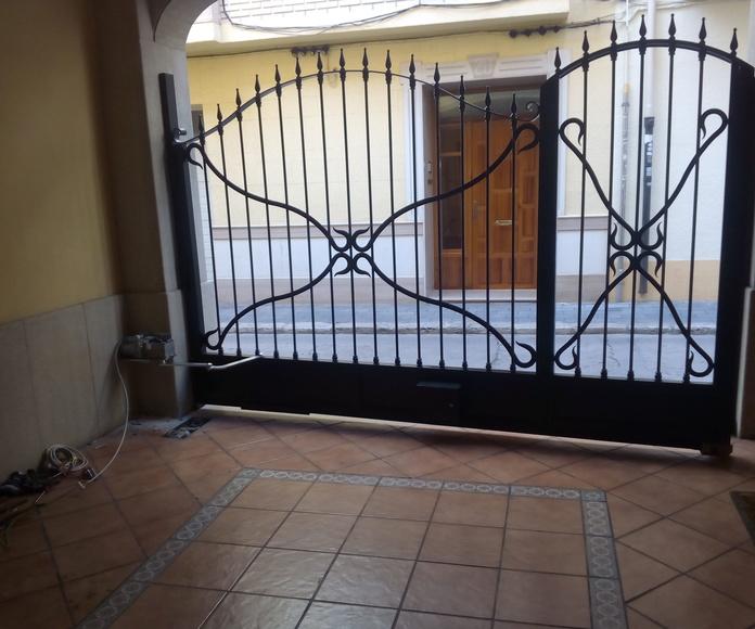 Detalle de espacio de brazo (puerta cerrada)