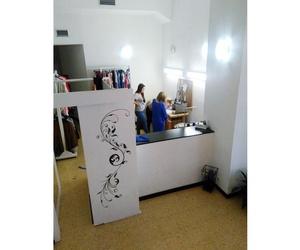 Arreglos de ropa en el acto en Pamplona