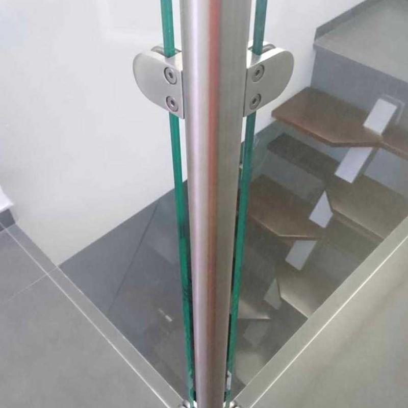 Barandilla de acero inoxidable y vidrio diseñada y fabricada a medida para acceso a buhardilla de vivienda particular.