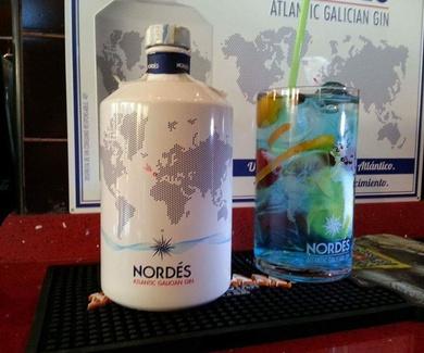 Copas y Gin & tónica en las tablas bar restaurante Doña Elena.