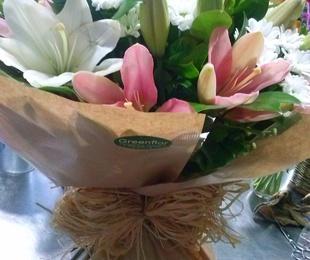 Ramo de lilium blanco y rosa con margaritas.
