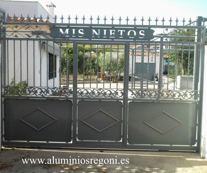 Puerta corredera de hierro con puerta de servicio