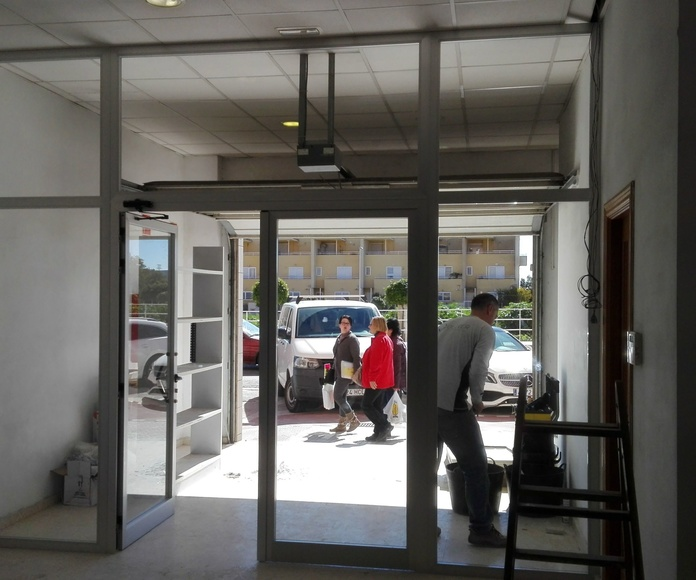 frente de aluminio y cristal puertas batientes en PAIPORTA