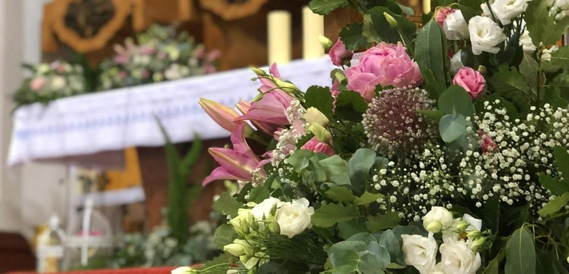 Coronas y arreglos de flores en iglesias de Antequera