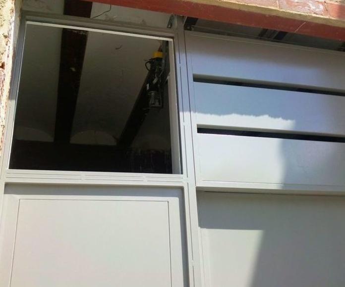 A215 Puerta guillotina de 2 hojas con peatonal y fijo superior lacada al horno