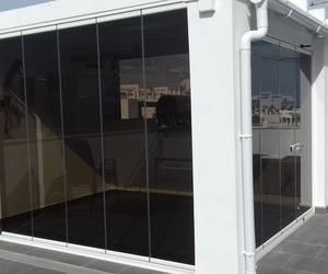 Cortina corredera con vidrio mate