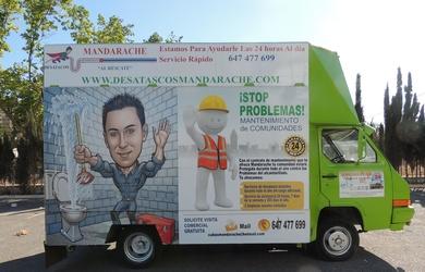 Desatascos Mandarache pone una nota de color en su publicidad en las calles de Murcia