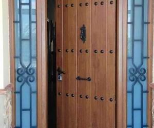 Fabricación de puertas de aluminio evocación madera