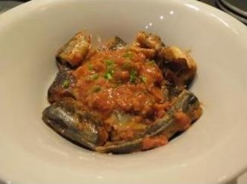 Anguilas asadas con salsa de avellana, lacón y picada de tomate de cuerda