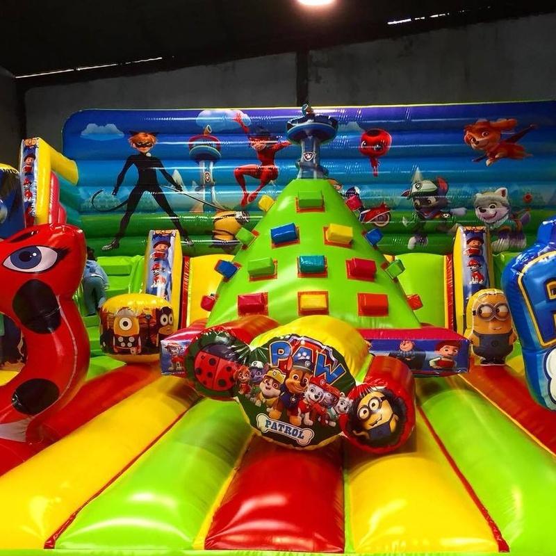 Castillo Hinchable tobogan con rocodromo: Catálogo de Hinchables Happy Jump