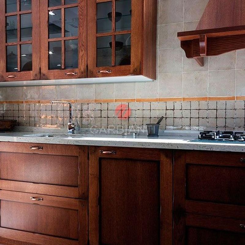 Cocina Rústica de madera con encimera de granito.