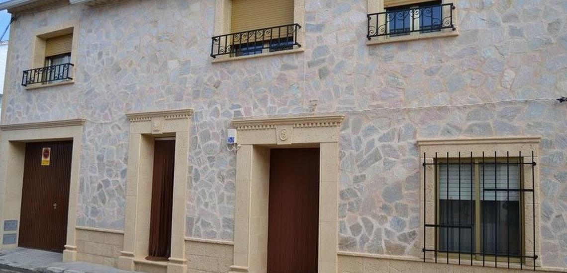 Zócalo de piedra artificial castellana para fachadas en Albacete