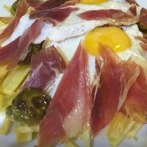 Riquísimos huevos rotos con piquillo y jamón