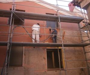 Fase trabajos fachada de monocapa, en una casa rehabilitada