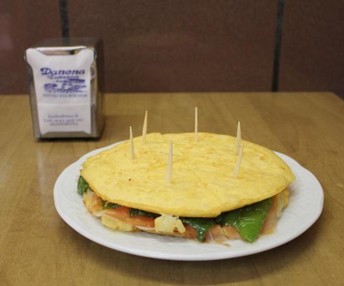 Tortilla de patata con jamón, queso y pimiento verde