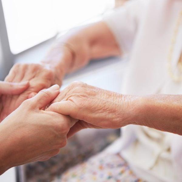 Es indispensable contar con la ayuda de profesionales para cuidar de una persona con demencia