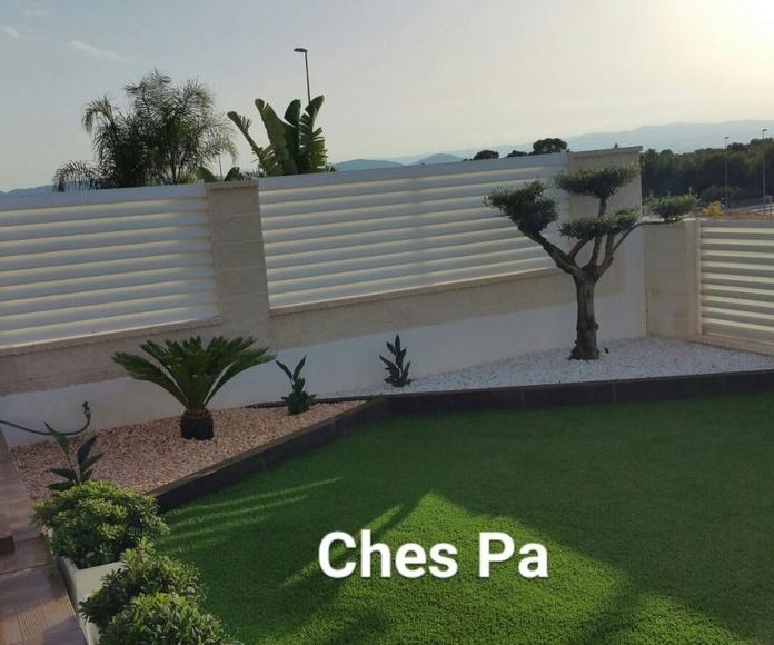 Proyecto paisajismo integrando,  arido decorativo,  ejemplares,  trabajos en madera, jardineras de piedra blanca, instalación de luz,  césped artificial en Valencia.