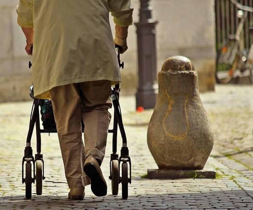 ¿Cómo ayudar a personas mayores o impedidas en casa?