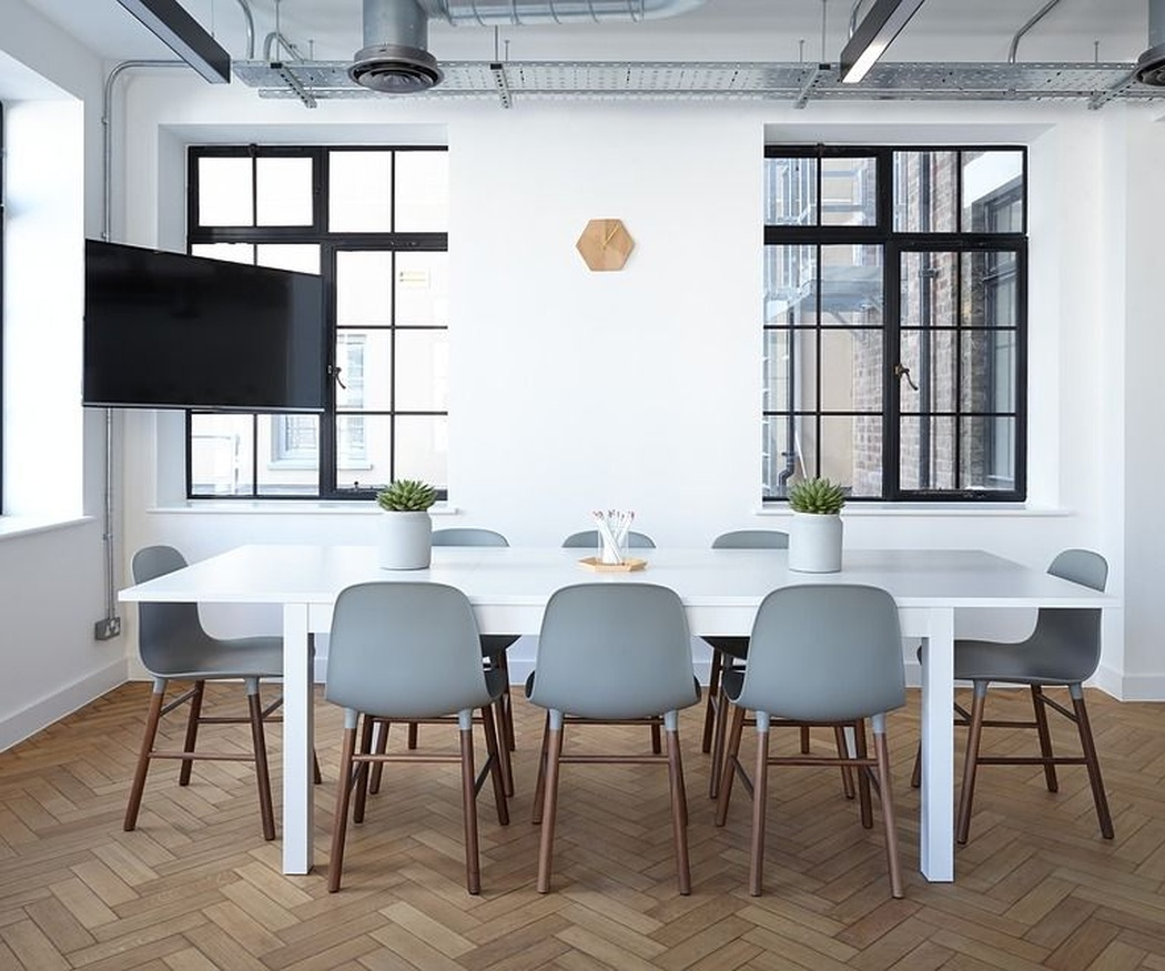 Cinco beneficios de trabajar en una oficina limpia