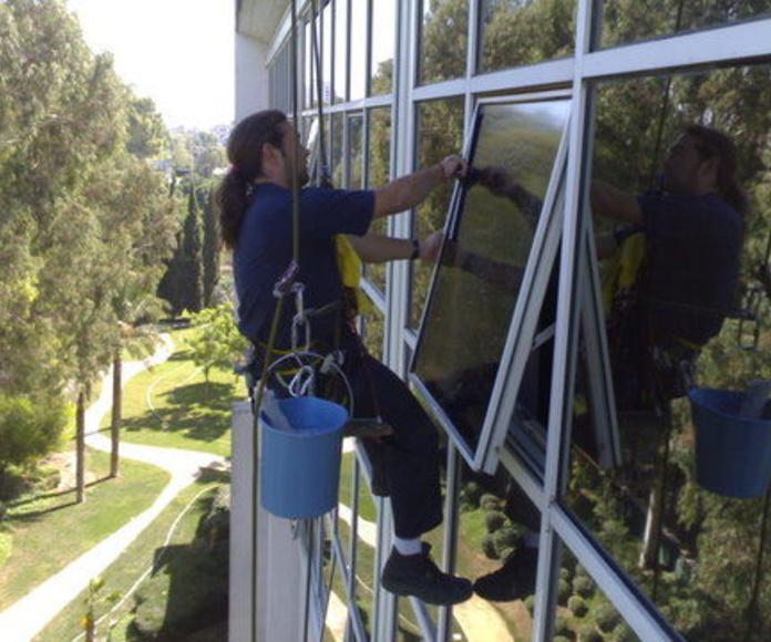 Limpieza de cristales: Servicios de Limpiezas en Sevilla Doble Jota