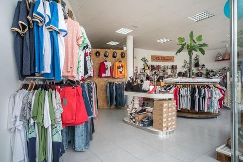 Vista desde la entrada de una tienda en Piletas
