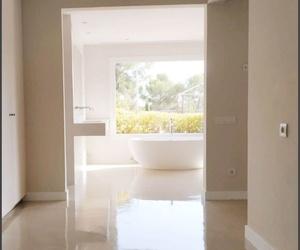 Revestimiento continuo MICROQUARZ paredes y suelo acabado barniz brillante.
