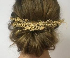 Prueba de recogido de novia: recogido bajo con adorno floral muy favorecedor.