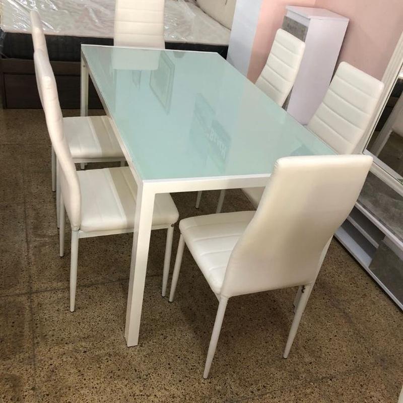 Mesa  de cristal  y 6 sillas blancas: Productos de Remar Castellón