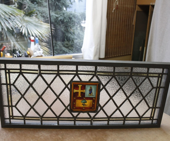 Enmarcación de una vidriera con marco en aspecto forja