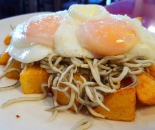 Huevos rotos con gulas al ajillo