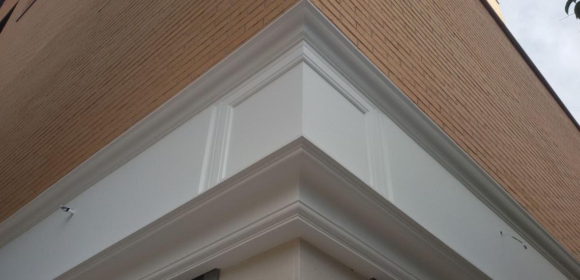 Rehabilitación de fachadas en Móstoles y decoración con escayola para exteriores