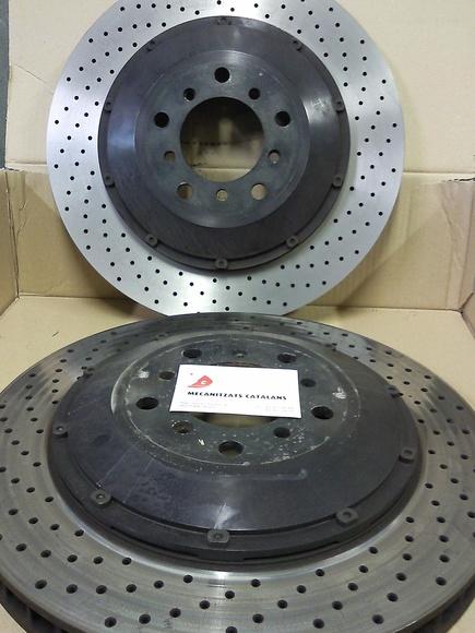 Dos discos de freno uno antes de ser rectificado y otro rectificado, quedan nuevos y desaparecen vibraciones y fallos en la frenada.