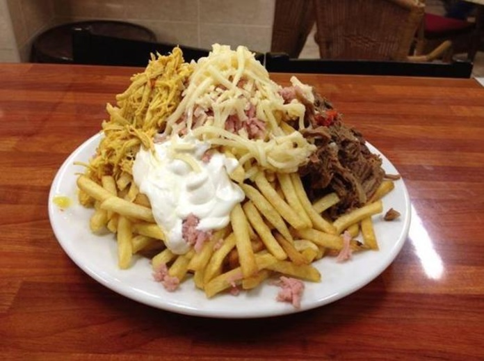 Papas mixtas con mechada y pollo