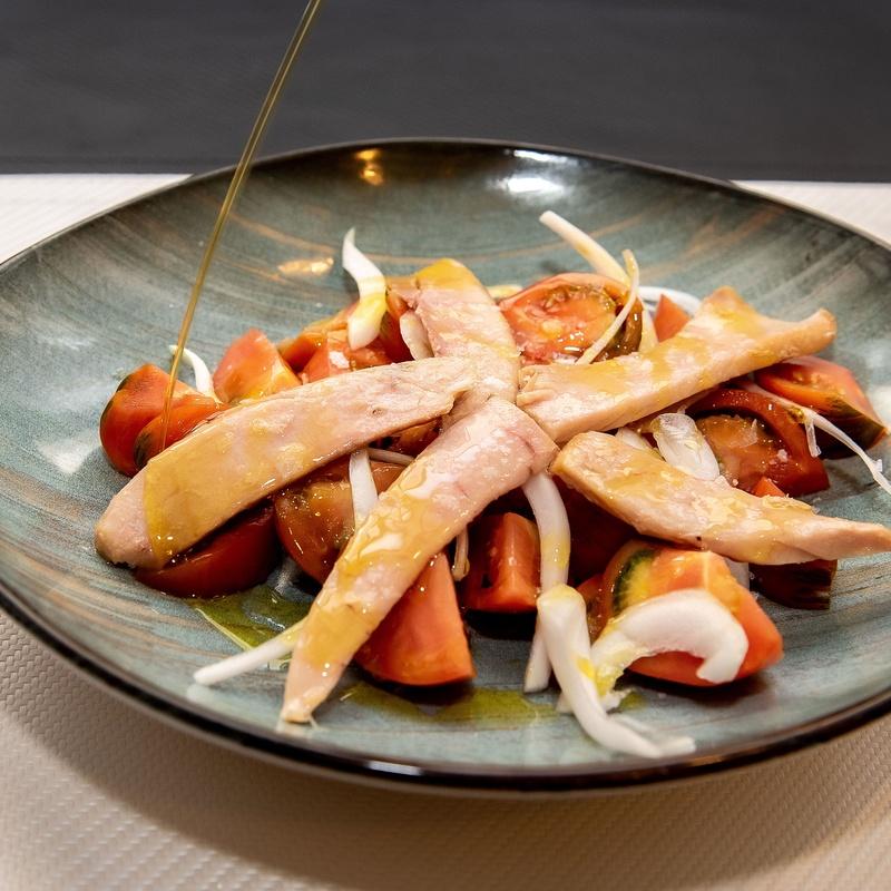 Ensalada de tomate de temporada con ventresca de atún y cebolleta dulce